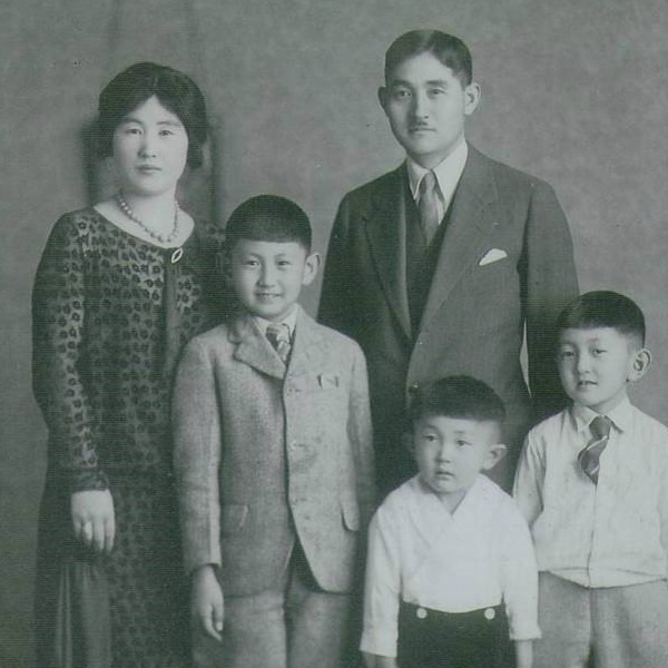 Harry Fukuhara (bottom left) with his brothers and parents in Auburn, Washington, c. 1927.